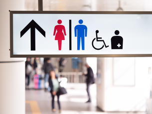 駅のトイレの標識の写真素材 [FYI03420742]