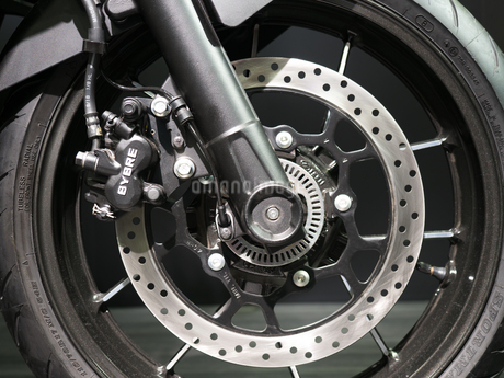 オートバイの前輪の写真素材 [FYI03420833]