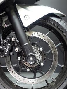 オートバイの前輪の写真素材 [FYI03420834]