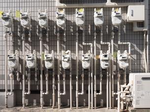 集合住宅のガスメーターの写真素材 [FYI03420851]