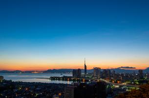 福岡市街の朝焼け3の写真素材 [FYI03421145]