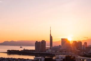 福岡市街の朝日の写真素材 [FYI03421148]