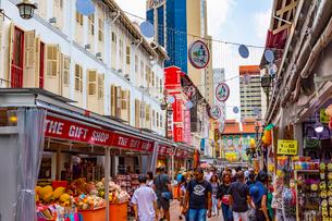 賑やかなシンガポールの中華街の写真素材 [FYI03421482]