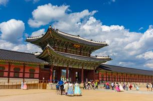 観光客で賑わう景福宮の興礼門の写真素材 [FYI03421514]