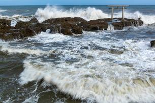 大洗海岸に砕ける荒波と神磯鳥居の写真素材 [FYI03421580]