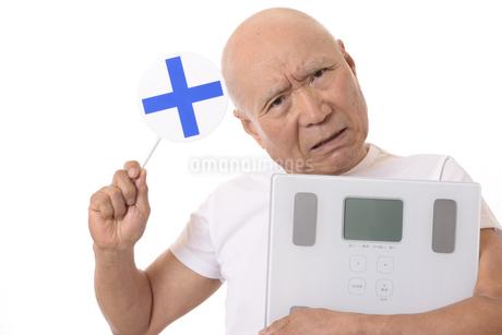 シニアに体重計と丸バツ印の写真素材 [FYI03421606]
