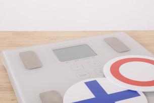 体重計と丸バツ印の写真素材 [FYI03421609]
