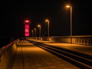 香川県の高松港玉藻防波堤灯台の夜景の写真素材 [FYI03421649]