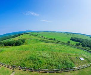 北海道 自然 風景 牧草地と青空の写真素材 [FYI03421860]