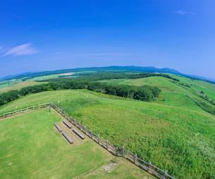 北海道 自然 風景 牧草地と青空の写真素材 [FYI03421862]