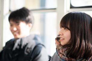 電車に乗る中高生のカップルの写真素材 [FYI03421950]