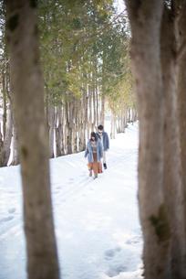 雪道を歩くカップルの写真素材 [FYI03421957]