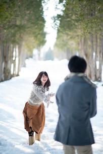 雪合戦をするカップルの写真素材 [FYI03421958]