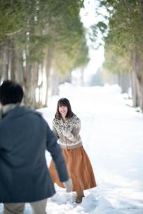 雪合戦をするカップルの写真素材 [FYI03421959]