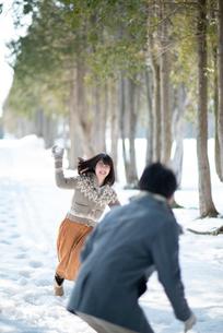 雪合戦をするカップルの写真素材 [FYI03421960]