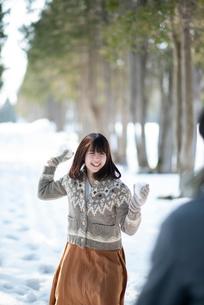 雪合戦をするカップルの写真素材 [FYI03421961]