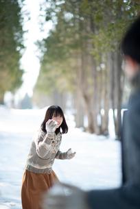 雪合戦をするカップルの写真素材 [FYI03421964]