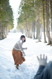 雪合戦をするカップルの写真素材 [FYI03421965]