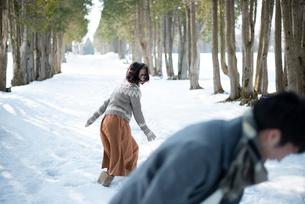 雪合戦をするカップルの写真素材 [FYI03421966]