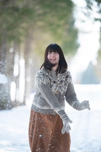 雪道ではしゃぐ女性の写真素材 [FYI03421967]
