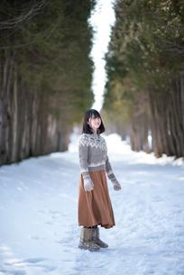雪道で微笑む女性の写真素材 [FYI03421980]