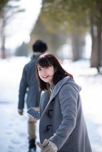 振返り微笑む女性の写真素材 [FYI03421989]