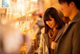雑貨屋で買い物をするカップルの写真素材 [FYI03421993]