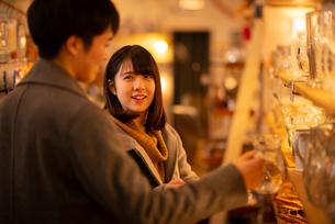 雑貨屋で買い物をするカップルの写真素材 [FYI03421994]