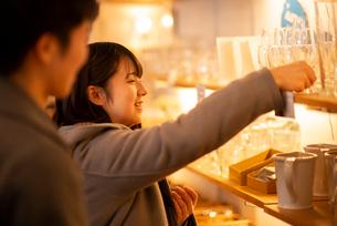 雑貨屋で買い物をするカップルの写真素材 [FYI03421995]