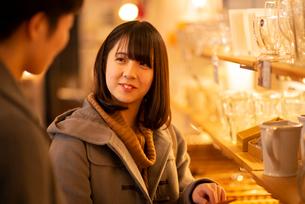 雑貨屋で買い物をするカップルの写真素材 [FYI03421996]