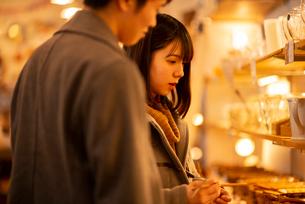 雑貨屋で買い物をするカップルの写真素材 [FYI03421998]