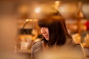 雑貨屋で買い物をする女性の写真素材 [FYI03421999]