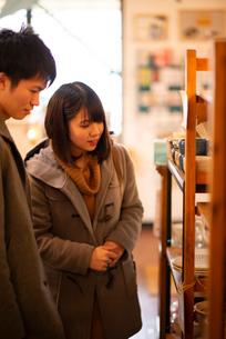 雑貨屋で買い物をするカップルの写真素材 [FYI03422000]