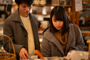 雑貨屋で買い物をするカップルの写真素材 [FYI03422005]