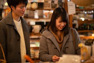 雑貨屋で買い物をするカップルの写真素材 [FYI03422006]