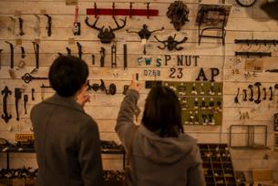 雑貨屋で買い物をするカップルの後姿の写真素材 [FYI03422009]