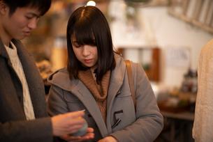雑貨屋で買い物をするカップルの写真素材 [FYI03422011]