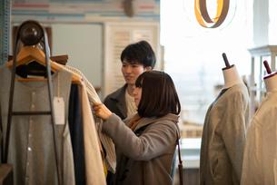 服屋で買い物をするカップルの写真素材 [FYI03422012]