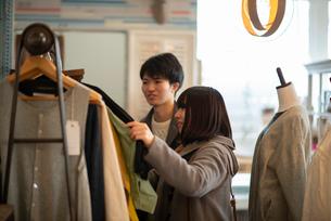 服屋で買い物をするカップルの写真素材 [FYI03422013]