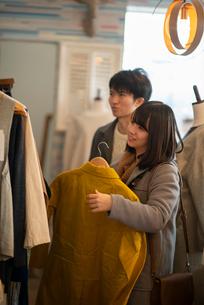 服屋で買い物をするカップルの写真素材 [FYI03422014]