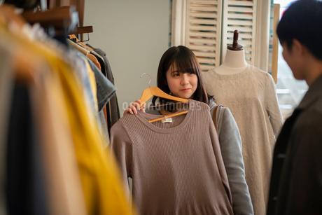 服屋で買い物をするカップルの写真素材 [FYI03422015]