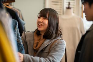 服屋で買い物をするカップルの写真素材 [FYI03422016]