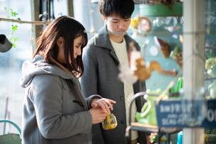 雑貨屋で買い物をするカップルの写真素材 [FYI03422017]