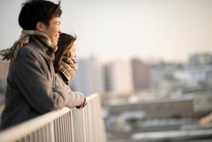 遠くを眺めるカップルの横顔の写真素材 [FYI03422018]