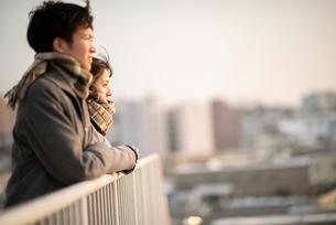 遠くを眺めるカップルの横顔の写真素材 [FYI03422019]