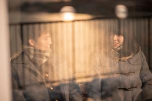 談笑をするカップルの写真素材 [FYI03422020]