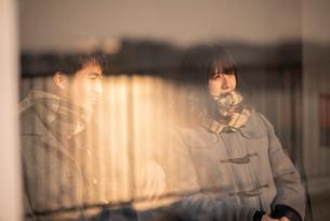 談笑をするカップルの写真素材 [FYI03422021]
