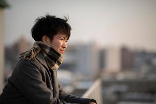 遠くを眺める男性の写真素材 [FYI03422026]