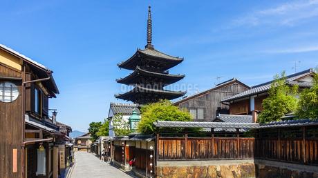 京都らしい町並みが続く八坂の塔こと法観寺五重塔界隈の写真素材 [FYI03422155]