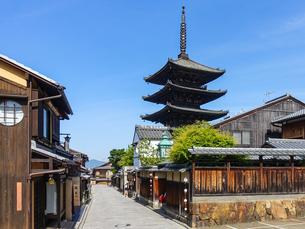 京都らしい町並みが続く八坂の塔こと法観寺五重塔あたりの写真素材 [FYI03422156]